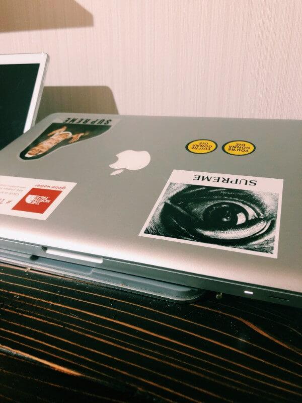 MacBookにステッカー