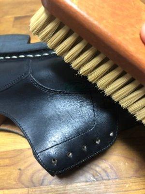 靴をブラッシング